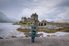 een van oorsprong 13e-eeuws kasteel, gelegen op een eiland in Loch Duich. Het eiland ligt op de plek waar drie zeeën/meren elkaar ontmoeten, te weten Loch Long, Loch Duich en Loch Alsh. Aan het begin van de 18e eeuw werd het kasteel opgeblazen. Aan het begin van de 20e eeuw werd Eilean Donan Castle uitgebreid gerestaureerd en opengesteld voor publiek.
