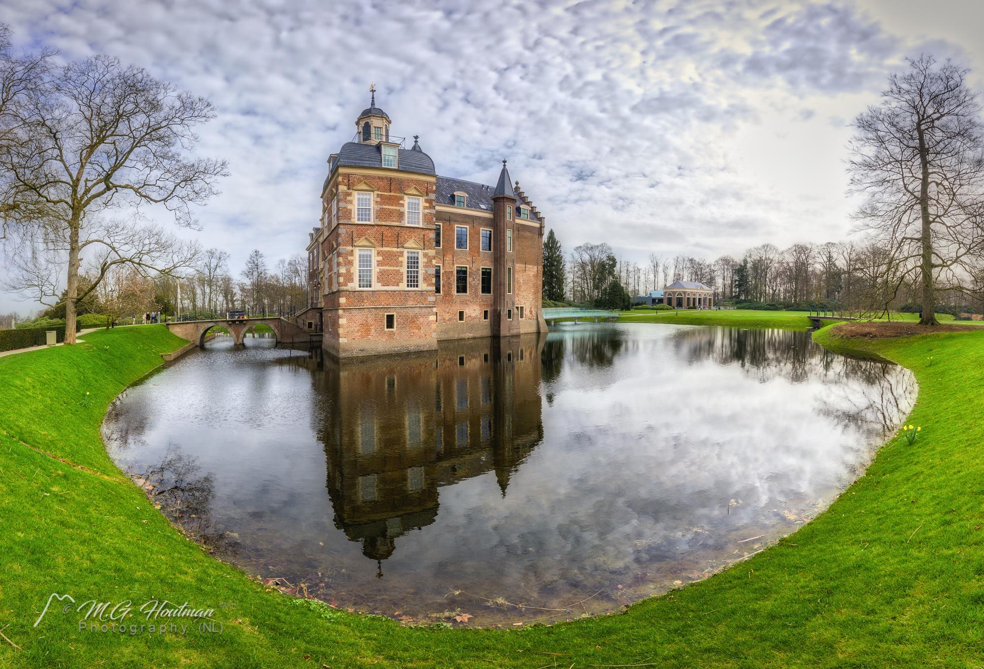 Huis Ruurlo is een kasteel en landgoed
